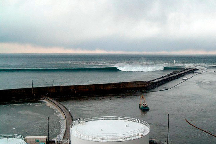Вид на цунами со стороны АЭС Фукусима