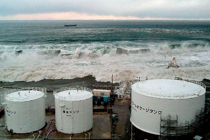 цунами надвигается на Фукусиму